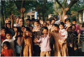 Kids-waving-Ganeshpuri