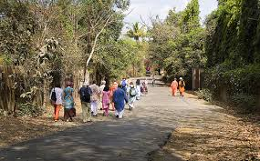 road in Ganeshpuri with people
